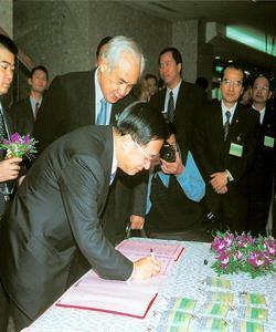 與韓忠謨教授法學基金會合辦政府改造與文官體制國際研討會(民國92年10月)