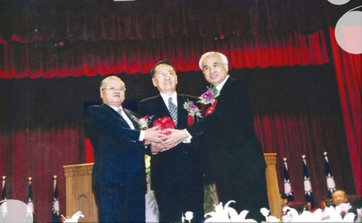 許院長水德(左)與姚院長嘉文(右)交接典禮,中為監交人總統府彭資政明敏(民國91年9月)