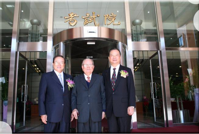 關院長中(左一)、伍副院長錦霖(右一)與邱前院長創煥(中)合影(97年12月1