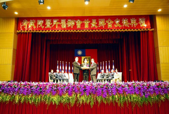 伍院長錦霖(左)與黃院長榮村 (右)交接典禮,中為監交人賴副總統清德(109年9月1日)